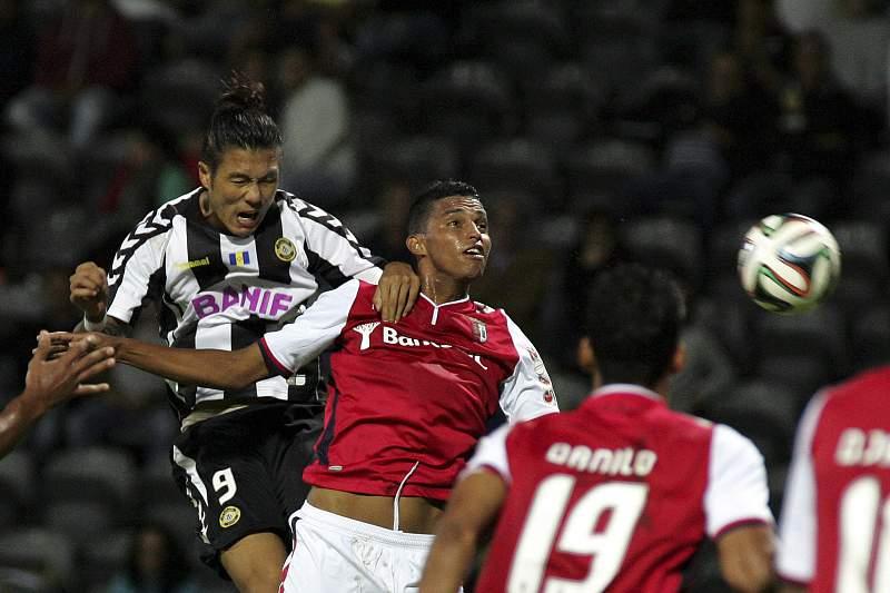 Suk e Santos disputam a bola
