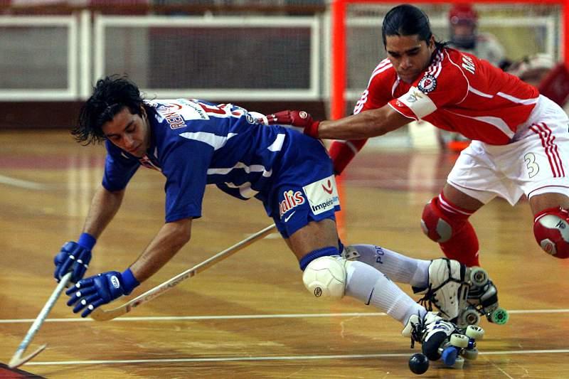 Reinaldo García disputa a bola com Mariano Velazquez