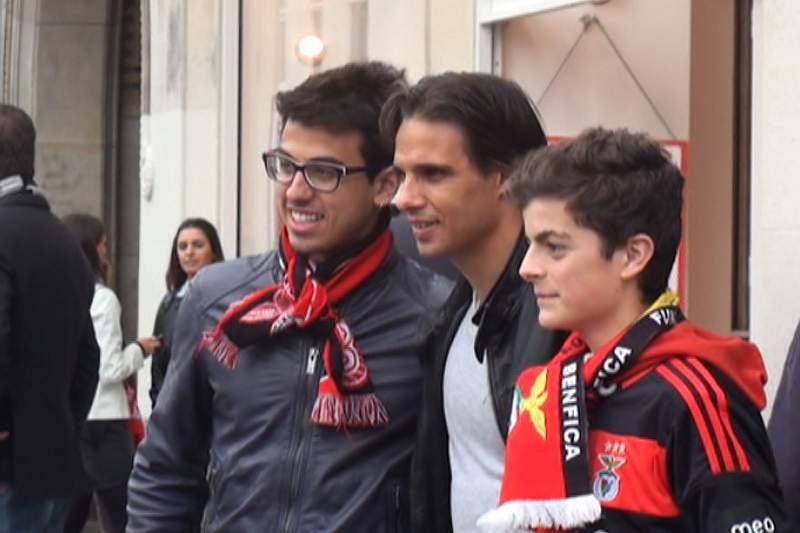 Nuno Gomes com adeptos em Amesterdão