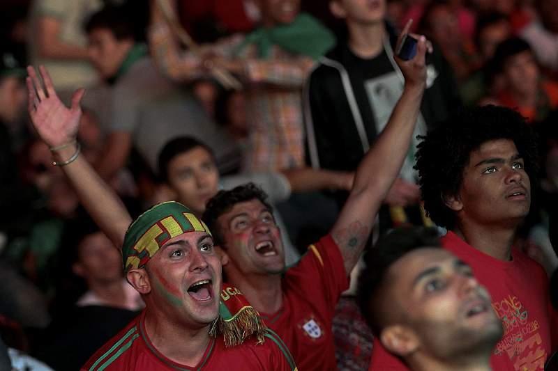 Adeptos portugueses comemoram golo de Varela