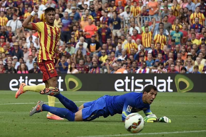 Neymar marca em Camp Nou, durante o encontro Barcelona-Athletic
