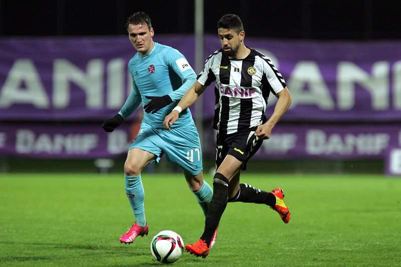Marco Matias conduz a bola