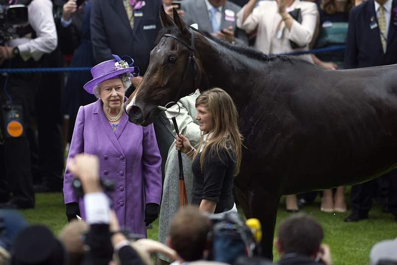 Rainha de Inglaterra com o cavalo Estimate