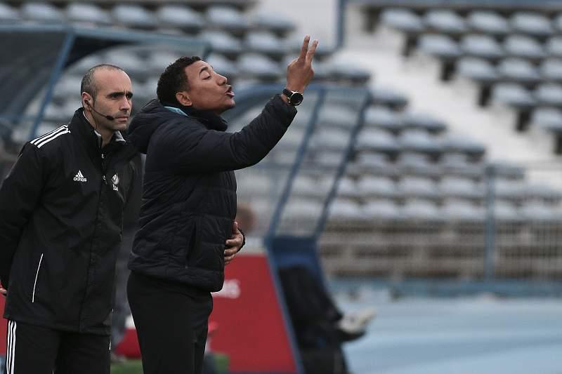 Lito Vidigal dá indicações no Estádio do Restelo