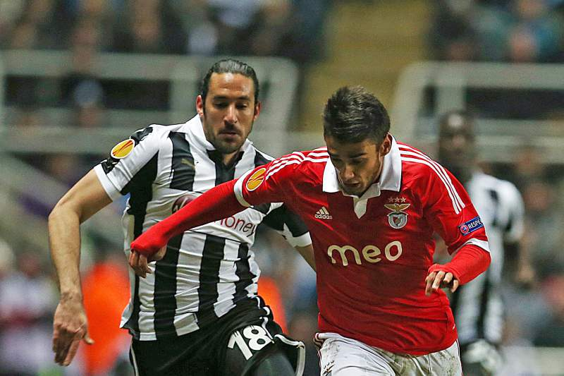 Jonas Gutierrez disputa a bola com Salvio
