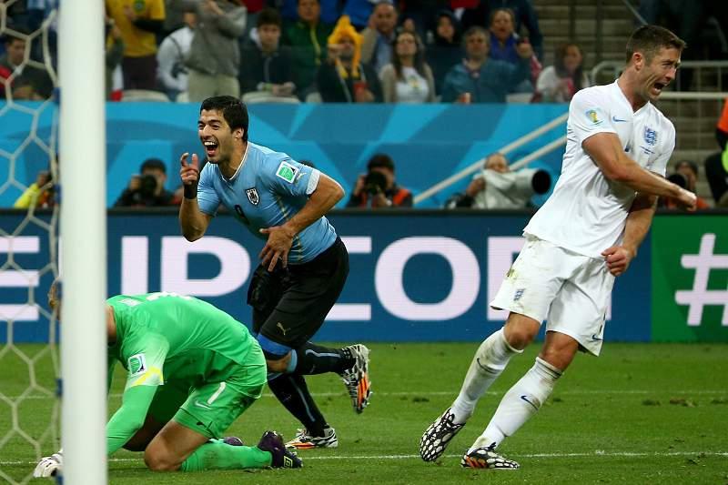 Luís Suárez bisou frente a Inglaterra