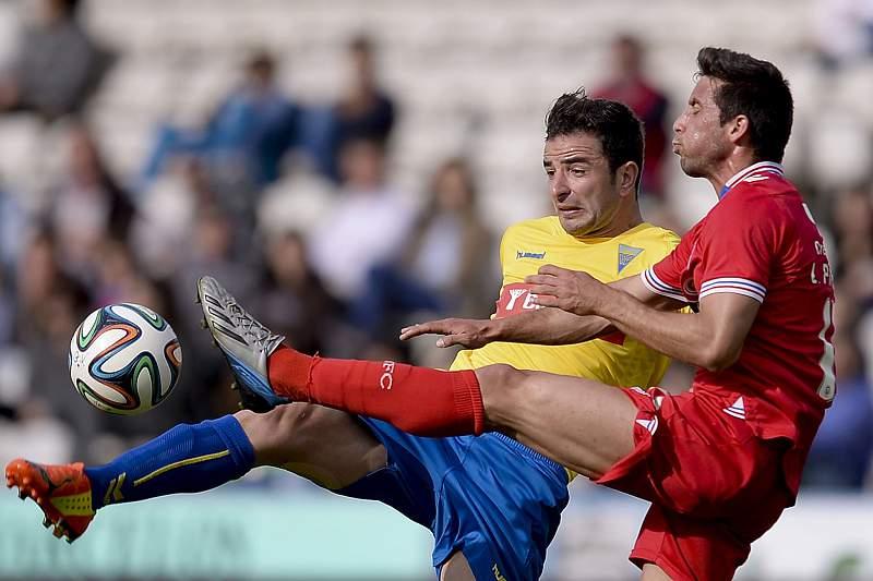 Leandro Pimenta (D), do Gil Vicente, disputa a bola com Gonçalo do Estoril Praia
