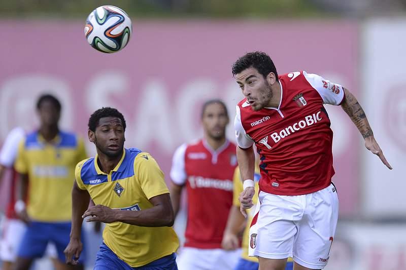 Salvador Agra disputa a bola Cabi
