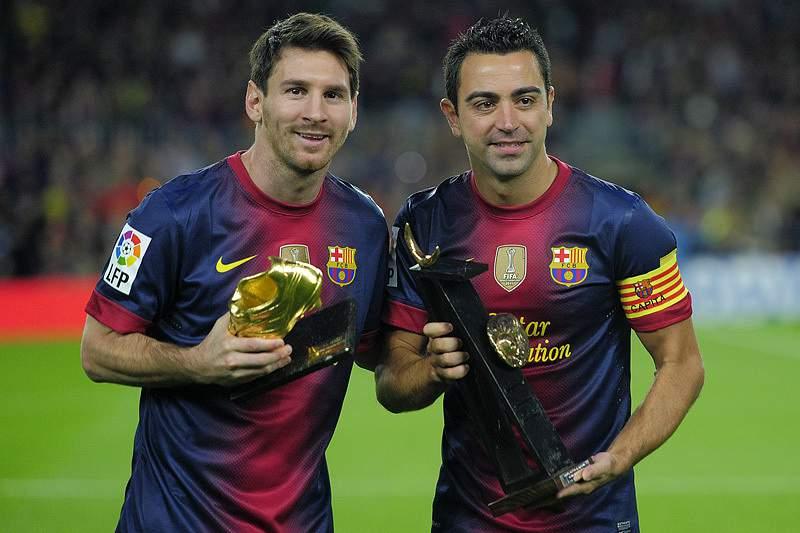 Xavi ao lado de Messi no Barcelona