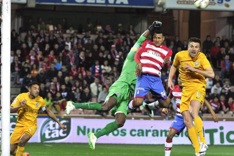 Jeison Murillo disputa a bola com Idriss Kameni
