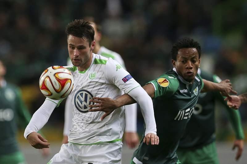 Christian Trasch disputa a bola com André Carrillo