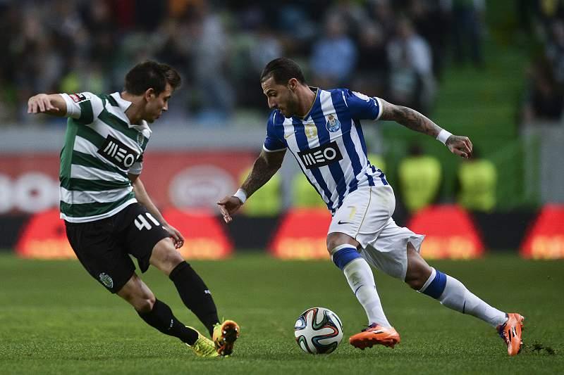 Quaresma disputa a bola com Cedric Soares
