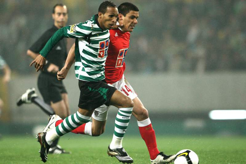 Liedson disputa a bola com Maxi Pereira