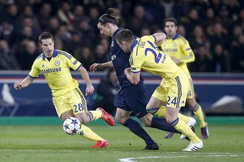Ibrahimovic tenta passar por Cahill e Azpilicueta
