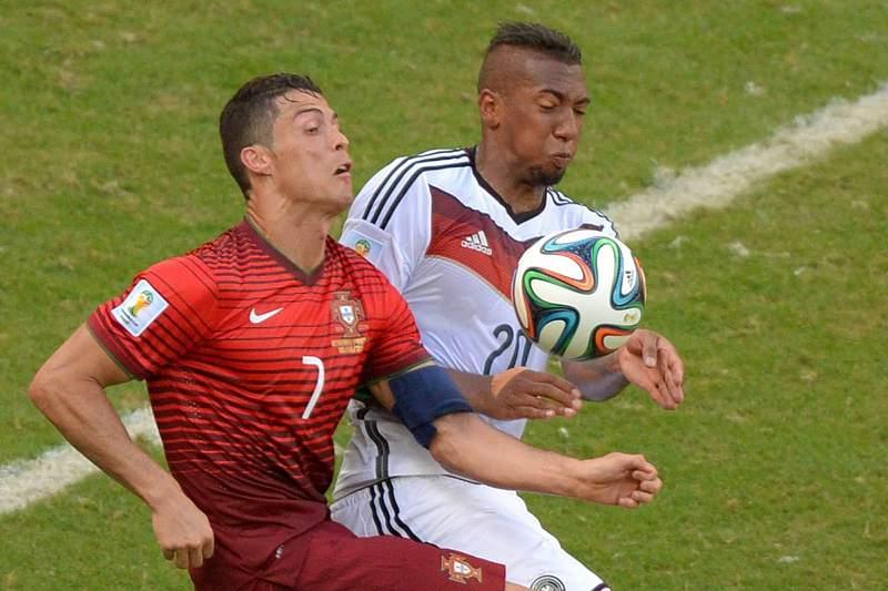 Boateng disputa a bola com Cristiano Ronaldo