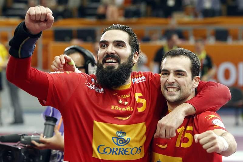 Jorge Maqueda e Cristian Ugalde festejam a vitória espanhola