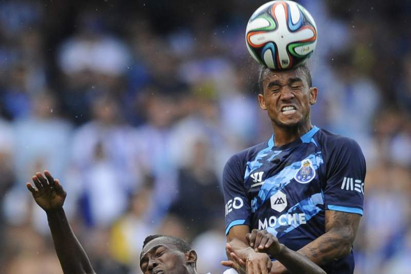 Danilo disputa a bola com Bernard Mensah
