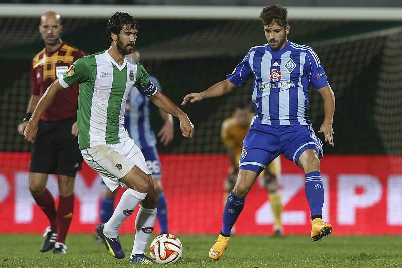 Tarantini e Miguel Veloso disputam a bola
