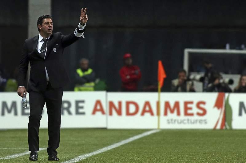 Rui Vitória dá indicações durante o jogo com o Boavista