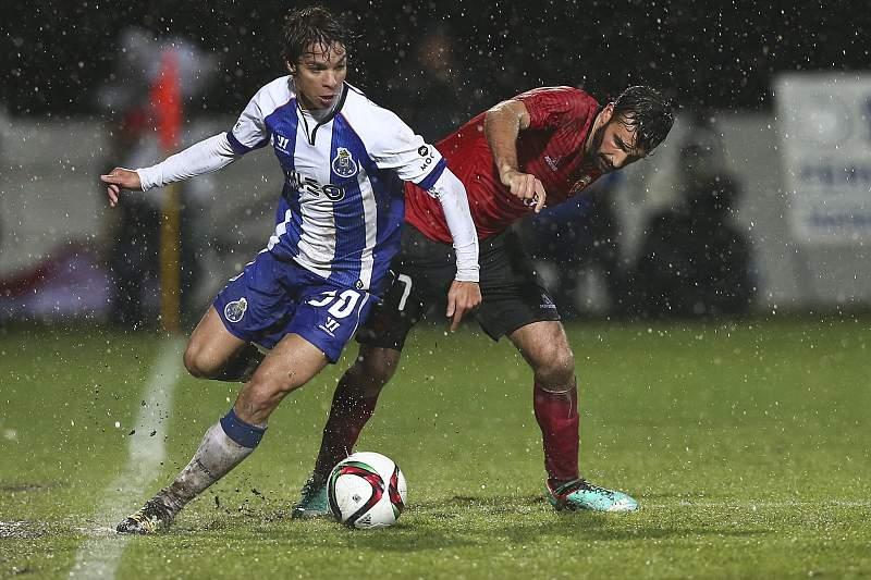 Óliver e Bura disputam a bola em Penafiel