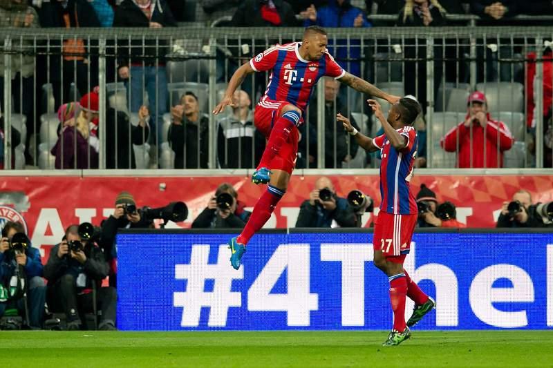Jerome Boateng celebra golo ao lado de David Alaba