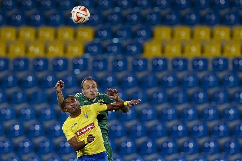 Bruno Lopes e Gordon Schildenfeld disputam a bola em jogo da Liga Europa