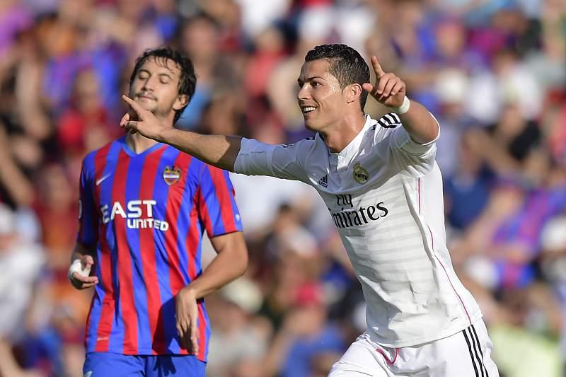 Cristiano Ronaldo bisou frente ao Levante