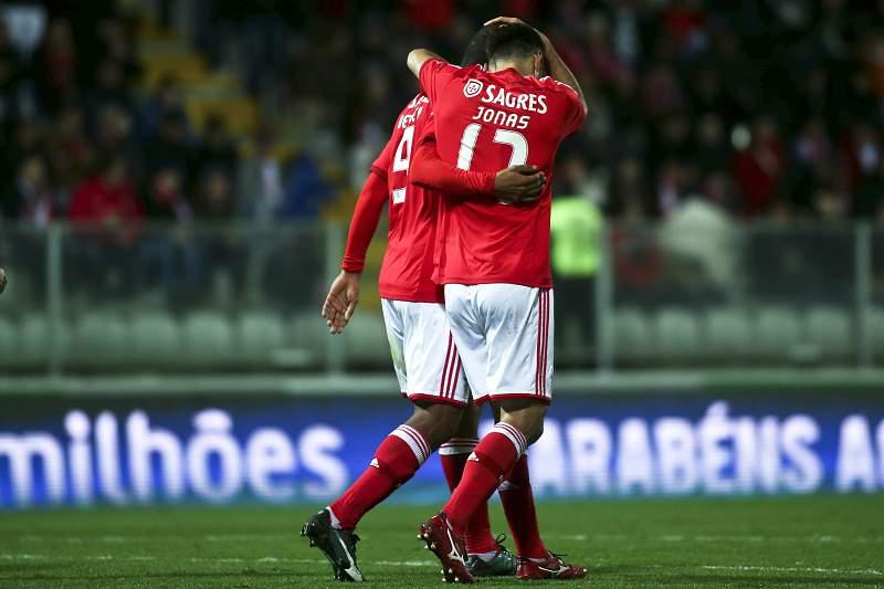 Jonas e Derley celebram o golo em Moreira de Cónegos