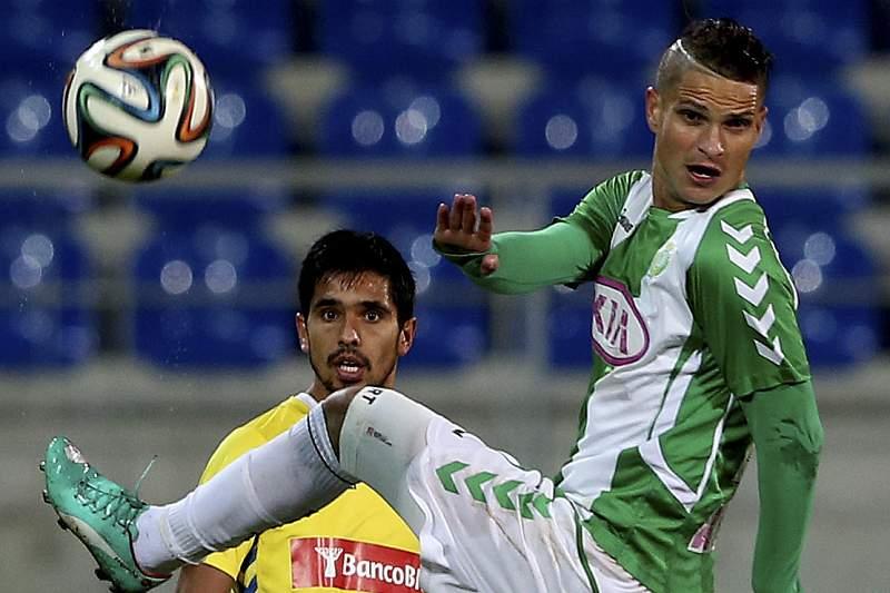 Anderson Luis disputa a bola com Zequinha