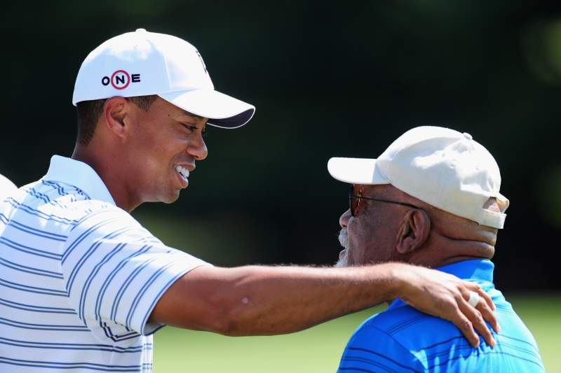Tiger Woods e Charlie Sifford