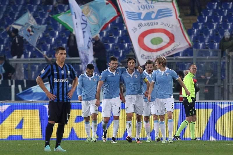 Stefano Mauri celebra o golo da Lazio com os colegas