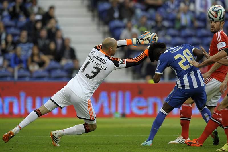 Paulo Lopes disputa a bola com Kelvin