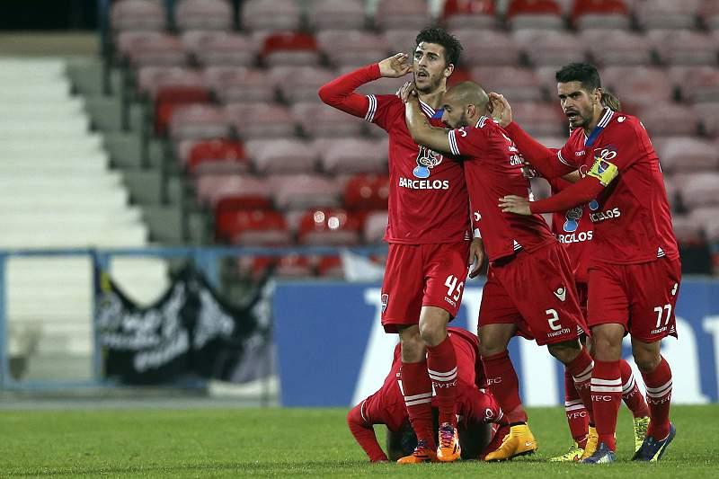 Paulinho festeja com os seus companheiros de equipa