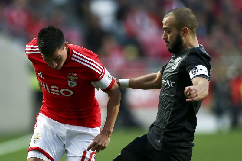 Gaitán em ação contra o Vitória de Guimarães