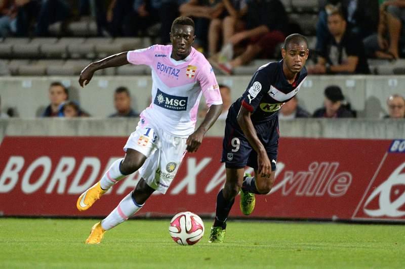 Diego Rolan Silva e Youssouf Sabaly disputam a bola