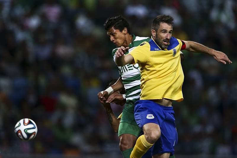 Montero e Miguel Oliveira disputam a bola em Alvalade