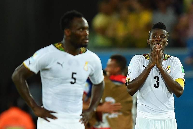 Asamoah Gyan olha para Michael Essien