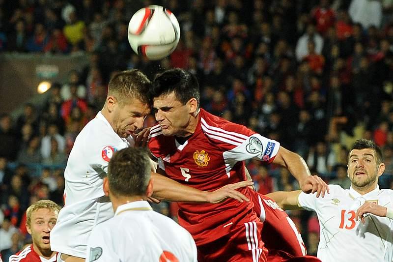 Arzumanyan e Matija Nastasic disputam a bola