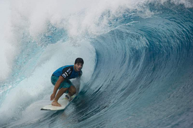 Brasileiro Ricardo Dos Santos em ação no Tahiti