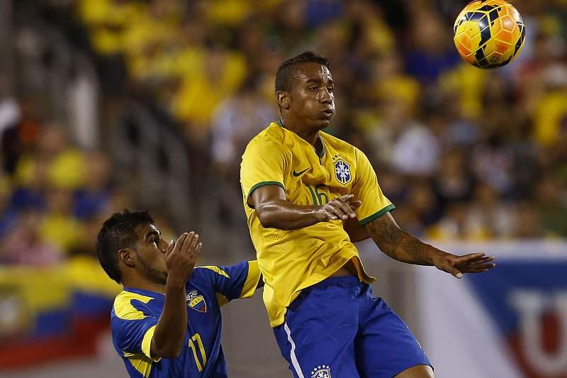 Danilo disputa a bola com Junior Sornoza