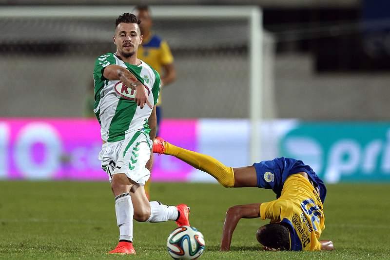 Miguel Pedro disputa a bola Nildo