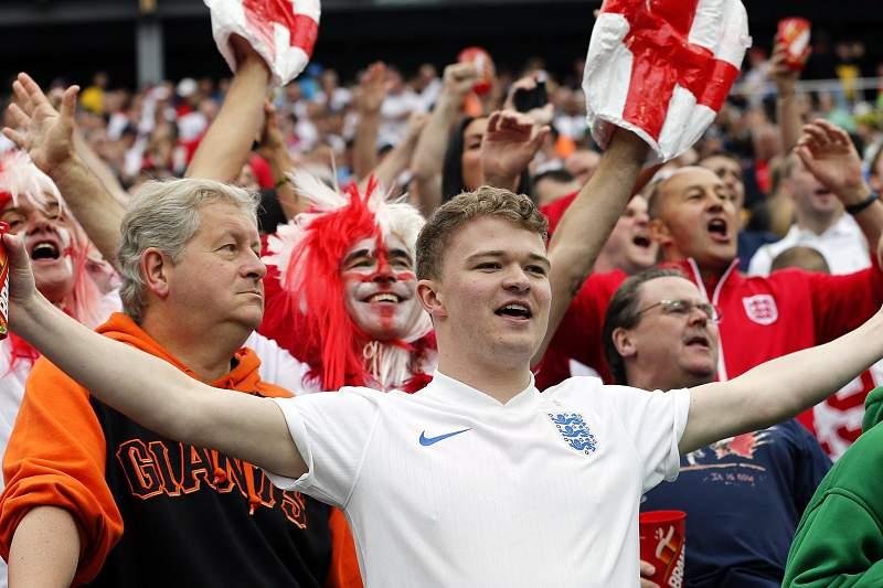 Adeptos ingleses despedem-se do Mundial
