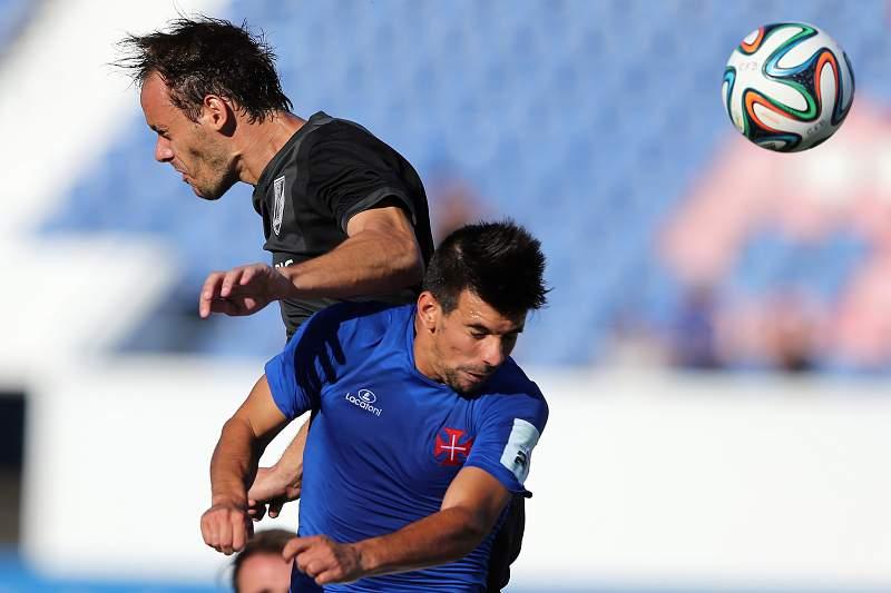 Miguel Rosa disputa a bola com Defendi