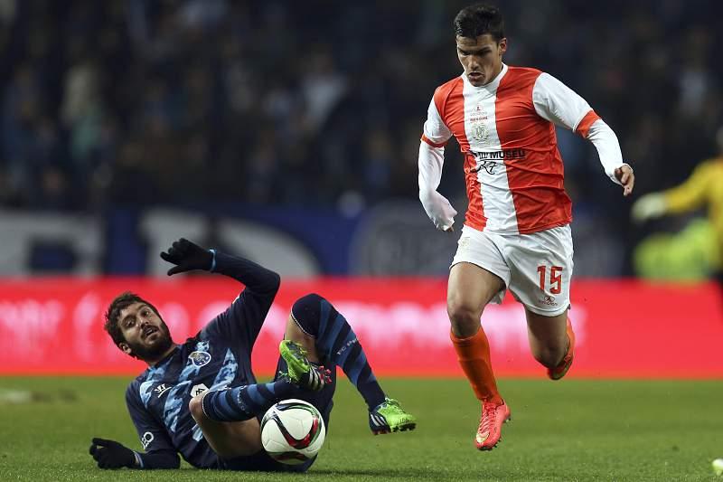 José Campaña e Jota disputam a bola no FC Porto - União da Madeira