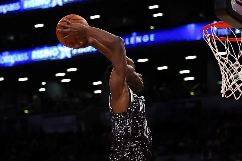 Andrew Wiggins em ação no jogo NBA Rising Stars Challenge