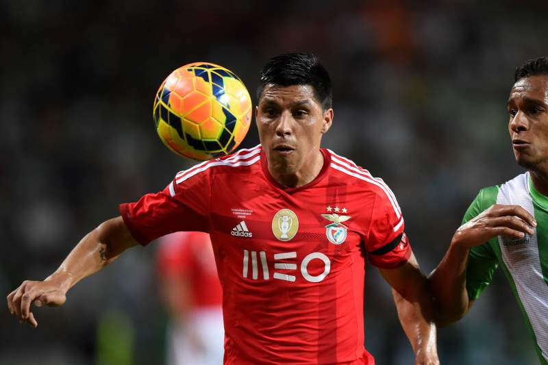 Enzo Pérez disputa a bola com Filipe Augusto