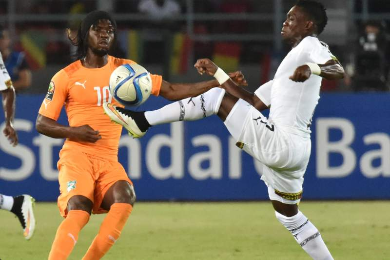 Gervinho disputa a bola com Atsu