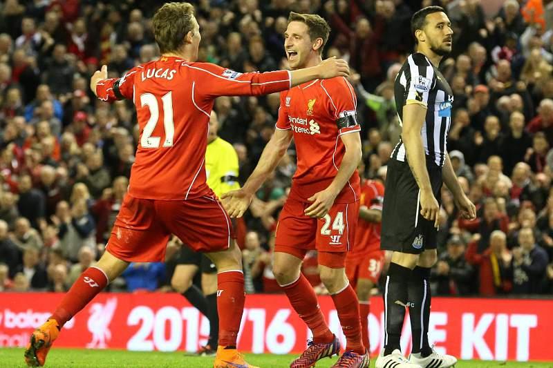 Joe Allen celebra um golo com Lucas Leiva ao serviço do Liverpool