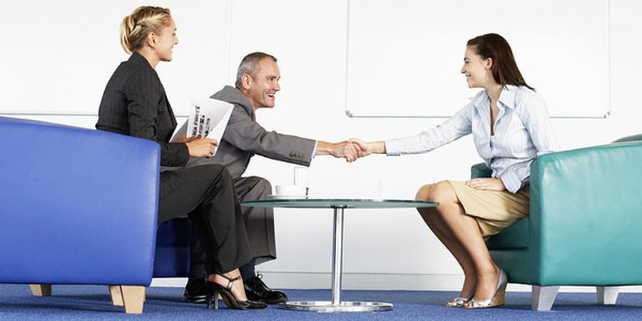 procurar emprego por email ou ir às empresas