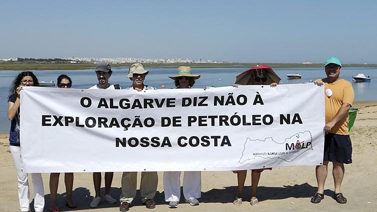 Uma dezena protesta no Algarve contra exploração de petróleo na costa